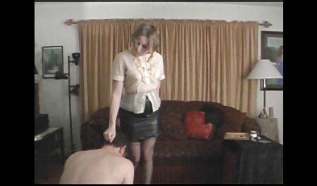 एक पीले रंग की टी शर्ट के साथ सुंदर लड़की नीचे घुटना टेकना और एक सेक्सी हिंदी एचडी फुल मूवी दोस्त को खुश, झटका नौकरी,